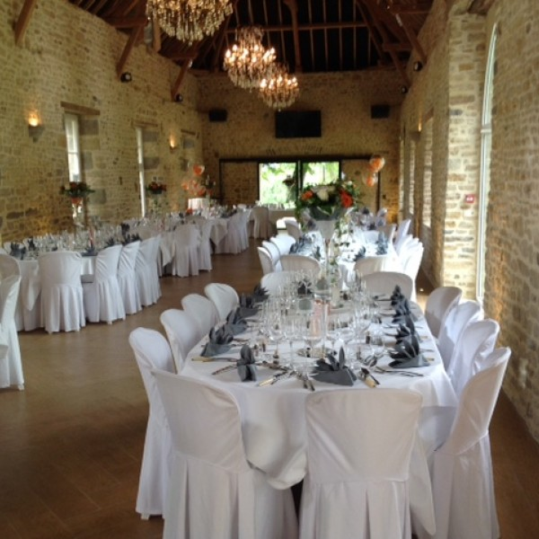 Votre location de tables et de chaises pr cey un air de f te r ception de la baie - Disposition table mariage ...